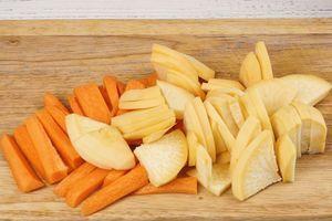 Морковь нарезать брусочками (можно кружочками), репу разрезать на четыре части, потом нарезать пластиками.
