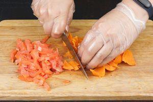 Оставшуюся часть батат мелко порубить и перемешать с рыбой, поперчить (солить не надо, так как рыба уже соленая).