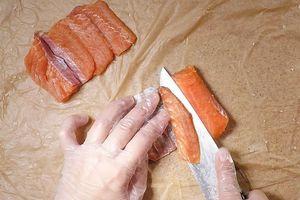 Нарезать на порционные пластики.