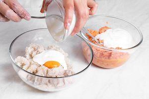 Затем влить йогурт по 100г в каждую массу.