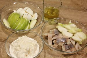 Филе сельди нарезать небольшими кусочками. Лук и яблоко, желательно кислое,нарезать кубиками.
