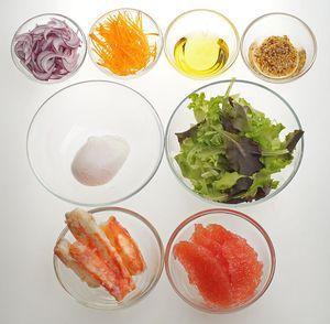 Лук красный нарезать тонкими перышками, морковь нарезать соломкой. Грейпфрут очистить от кожуры, разрезать на дольки, удалить белые пластинки. Мясо краба нарезать на небольшие полоски.