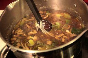 Зеленый лук нарезаем наискосок соломкой, а лук порей - кольцами. Китайскую капусту режем достаточно крупно.