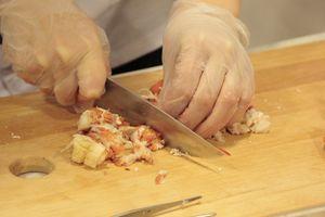 Возьмите лобстера в руку, переверните брюшком вверх. Аккуратно ножницами вырежьте тонкую пластину вдоль всех ножек на хвосте,чтобы удобно было вынуть мясо. Ножницами прорежьте брюшко по всей длине. Удалите белые жабры. Промойте панцирь под водой. Уложите красиво в форму для запекания.