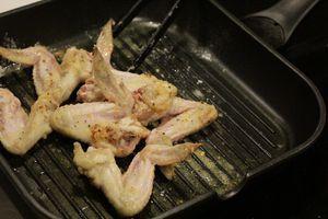 Замаринованные куриные крылья обжарить на разогретой с оливковым маслом сковороде до золотой корочки.
