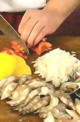 Положите рыбу, произвольно нарезанные морковь и корень петрушки в кастрюлю с 1 л воды. Доведите до кипения, снимите пену и варите 30 мин. За 5 мин. до готовности добавьте карри и соль. Снимите с огня и процедите.
