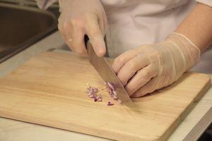 Лук нарезать мелкой крошкой. Поперчить, заправить сахарной пудрой. Дать постоять 1 мин. Затем влить красный винный уксус.