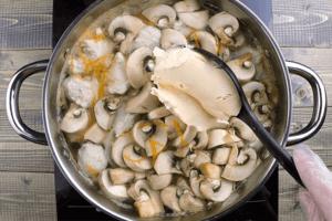 Добавить шампиньоны и сыр. Довести до кипения, помешивая, чтобы растворился сыр.