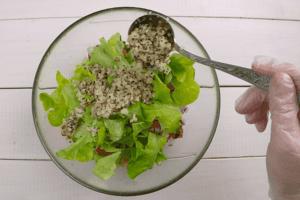 Смешать в чашке овощи, добавить готовую крупу.