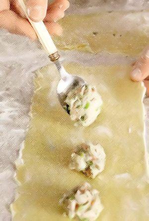 Для начинки, если креветки заморожены, разморозьте их заранее на верхней полке холодильника в дуршлаге, установленном в миске. Очистите креветки от панциря, удалите темную кишечную вену. Зеленый лук мелко нарежьте. Поместите креветки, лук и белок в блендер и измельчите до однородности. Добавьте соль, перец и сливки, взбивайте 30 сек. Переложите начинку в миску, накройте и поставьте в холодильник на 30 мин.