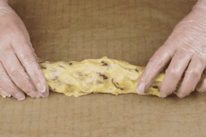 Разделить тесто на 2-3 части.