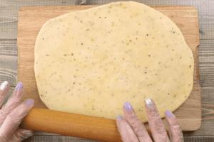 Раскатайте получившееся тесто толщиной 5-6 мм, выложите на противень.
