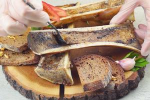 Извлеките готовый костный мозг и намажьте на подсушенные ломтики хлеба.
