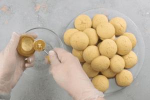 У остывшего печенья вынуть серединку. Это удобно делать с помощью специальной круглой ложки, но подойдет и обычная чайная.