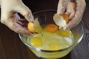 Отдельно в чашке взбить сахар-1ст и яйца