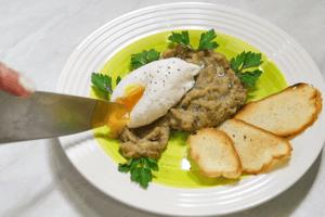 Выложить яйцо на овощное пюре, украсить гренками из багета и зеленью.