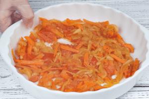 На разогретой с растительным маслом сковороде обжарить лук, морковь, помидоры примерно 7 минут, добавить специи, соль,  переложить в форму.
