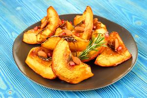 Подать сладкую тыкву с ядрами ореха и веточкой свежего розмарина