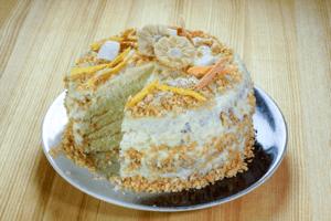Поставить торт в холодильник на 30-40 минут, чтобы шоколад затвердел. Украсить кокосовыми кранчами и по желанию сухофруктами.
