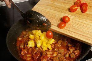 Затем добавьте подготовленное мясо, желтый перец и половинки помидоров черри
