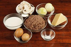 Для начинки: отварите оленину в мультиварке, прокрутите через мясорубку или перетрите в блендере. Посолите, поперчите по вкусу.