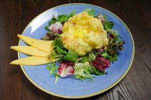 Готовые «облака» украсить смесью салатов.