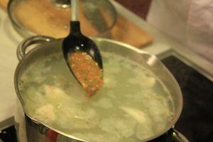 Варить 5-10 минут, снять пену. Довести до вкуса приготовленной заправкой, солью, перцем.