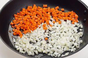 Обжарьте на разогретой с растительным маслом сковороде лук и морковь до золотистого цвета.