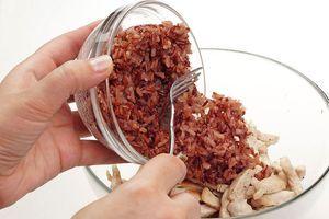 Смесь риса отварите до готовности в подсоленной воде в пропорции 1 порция риса: 2 порции воды, затем смешайте в глубокой чашке с обжаренным филе.