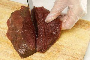 Острым ножом развернуть мясо оленя так, чтобы получился пласт, толщиной 1-1,5см, слегка отбить ножом, посолить, поперчить