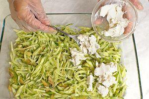 Огурцы и авокадо нарезать тонкой соломкой выложить в салатник одним слоем. Затем сверху распределить слой сливочного сыра.