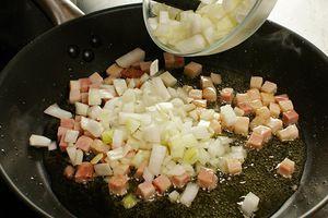 Добавить лук, обжарить 1-2 минуты
