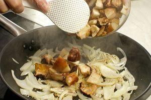 Затем к луку добавить грибы, обжарить 7-8 минут