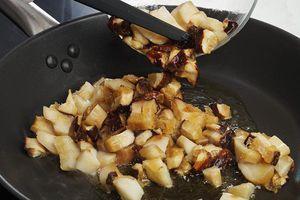 На разогретой с оливковым маслом сковороде обжарьте грибы до золотистого цвета.