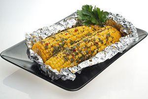 Поставить в разогретую до 200С духовку на 25-30 минут. (зависит от уровня зрелости кукурузы, если молочная, то достаточно 10 минут).