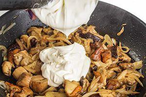 К грибам выложить сметану, посолить, поперчить по вкусу. Тушить до готовности грибов минут 20-30, в зависимости от размера грибов и мощности вашей плиты.