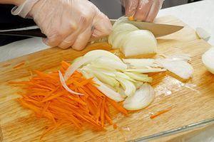 Лук и морковь нарезать соломкой