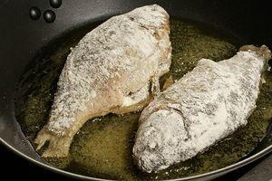 Обжарить на разогретой с растительным маслом сковороде с двух сторон до золотистой корочки.