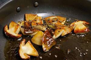 Грибы разрезать на половинки 2-3шт для оформления, остальные нарезать крупным кубиком. Обжарить половинки  на разогретой с оливковым маслом сковороде до золотистого цвета.