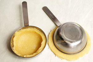 Нижнюю часть печенья сделать на 1 см больше диаметра формы и чуть потолще