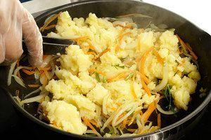 Смешать овощи с картофельным пюре и мукой