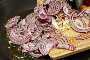 На  разогретой сковороде с оливковым маслом обжарить лук, порубленный мелко чеснок и перец чили