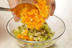 Пока жарится рыба, смешайте фруктовый тар-тар: соедините в чашке киви, хурму и грушу, посолите, поперчите по вкусу, заправьте мандариновым соком и бальзамическим уксусом