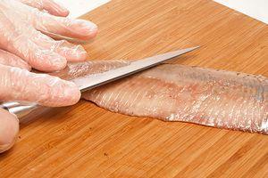 Чистое филе нарезать на длинные плоские пластики