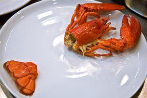Мясо из основной части хвоста мелко нарежьте, а остальные части (голову, клешни и кончик хвоста) выложите на тарелку, как показано на фото