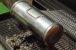 Раскалите угли в мангале. Установите коптильню на угли.