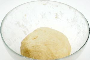 Замесить пластичное тесто. Накрыть пищевой пленкой и поставить в холодильник на 20 минут.