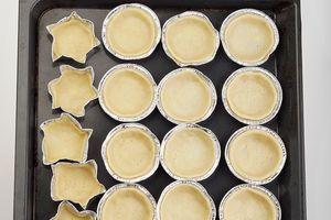 Готовое тесто раскатайте в тонкий пласт, вырежьте кружки по размеру формочек для тарталеток. Выпекайте в разогретой до 200С духовке 5-7 минут до золотистого цвета.