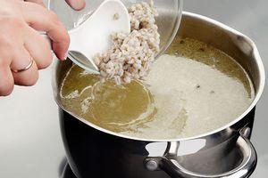 Ребра промойте, залейте холодной водой, варите до готовности мяса. ( 40-50 минут). Также в бульон для аромата можно добавить корень петрушки, несколько пластиков моркови, небольшую луковицу. Готовый бульон процедите, доведите до кипения, добавьте картофель и подготовленную перловку.
