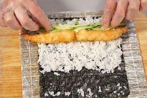 На сыр выложите креветки, хвостиками к краю и нарезанные огурцы.